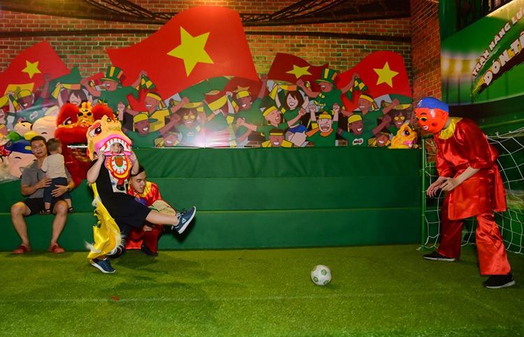Các bé được thỏa sức chạy nhảy, tiêu hao năng lượng tại khu thể thao qua trò chơi ném bóng vào rổ, đối đầu thủ môn ông địa ghi bàn khai lộc tết, vung cầu bay rước quà may mắn tại Khu Thể thao Năng động.