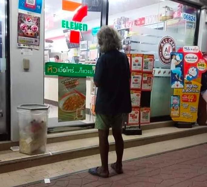 Ôg Ta Toi thường ăn xin trước cửa hàng tiện lợi lúc còn sống. Ảnh:FacebookKiatisak Saothi.