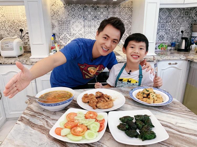 Nhìn các thành viên trong gia đình háo hức ăn những món do mình chuẩn bị giúp Thủy Anh yêu thích việc vào bếp.