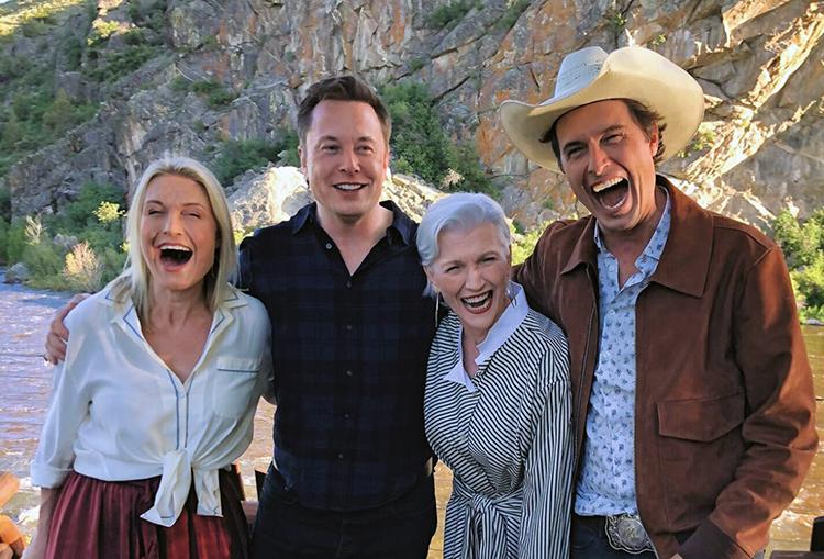 Từ trái qua:Tosca (con gái út), Elon (con trai lớn), bà Maye và con trai thứ hai Kimbal Musk. Ảnh: CNBC.