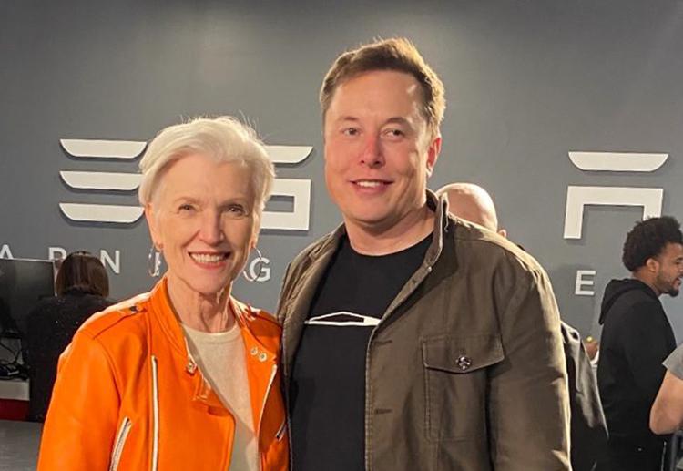 Bà Maye Musk và con trai lớn, tỷ phúElon Musk. Ảnh: CNBC.