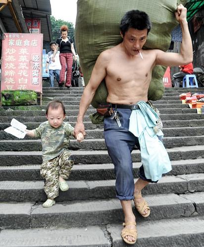 Bức ảnh của bố con anh Nhiệm Quang Huy được chụp năm 2009. Ảnh: qq.
