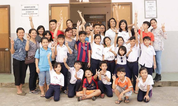 Bác sĩ Trần Tiễn Chánh và các em nhỏ Nhà Xuân chụp tháng 9/2019. Ảnh: Nhân vật cung cấp.