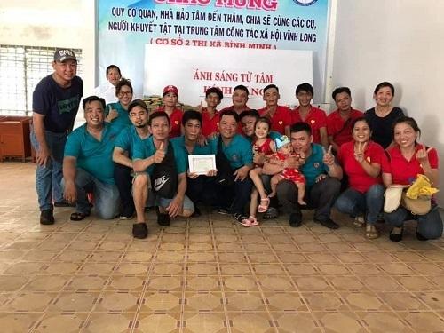 Thành viên gia đình của các anh em trong nhóm vừa hỗ trợ vừa trực tiếp tham gia các chuyến từ thiện cùng nhóm.