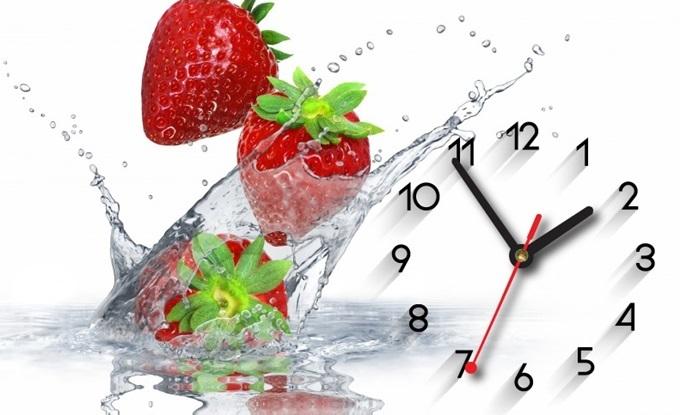 Mẫu tranh đồng hồ Dyvina B1525-88 khắc họa những trái dâu đỏ tươi, mọng nước trên nền trắng chủ đạo.  Sản phẩm lọt top bán chạy trên Shop VnExpress những ngày giáp Tết, giảm 25%, còn 120.000 đồng (giá gốc 159.000 đồng).