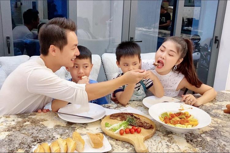 Gia đình Đăng Khôi - Thủy Anh luôn có những phút giây vui vẻ.