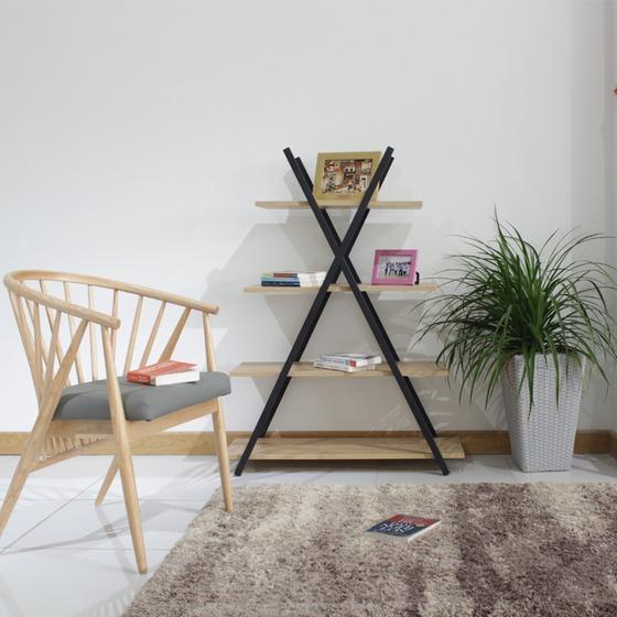 Kệ trang trí khung sắt Furnist Notus có thiết kế mô phỏng theo hình dáng của kim tự tháp Ai Cập.Notushiện là mẫu kệ gỗ khung sắt trang trí hợp với nhiều không gian trong nhà từ phòng ngủ, phòng khách đến phòng làm việc. Với kích thước ván gỗ tăng dần đều theo hướng từ trên xuống dưới, chia thành 4 tầng. Bạn có thể thoải mái đặt các vật dụng trang trí, bộ sách yêu thíchhoặcnhững tấm hình lưu giữ kỷ niệm.Kích thước kệ nhỏ gọn, cao1,55 m, ngang0,9 m vàrộng0,35 m. Sản phẩm có giá ưu đãi 22% trên Shop VnExpres, giảm còn 1,277 triệu đồng.