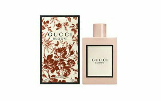 Gucci Bloom, như tên gọi của nó, được chiết xuất từ hương thơm phong phú của một khu vườn đầy sức sống, với tràn ngập các loài hoa: hoa huệ, hoa nhài, rễ cây diên vĩ, hoa đào chuông - để tạo ra một mùi hương độc đáo, đưa người dùng đến với khu vườn tưởng tượng. Sản phẩm của Pháp, dạng chấm, thể hiện dấu ấn, sức sống và sự đa dạng của phụ nữ. Nhà sản xuất lưu ý, nên bảo quản sản phẩm nơi khô thoáng, dùng sau khi tắm để có độ lưu hương tốt nhất. Lọ thủy tinh 5 ml, hạn sử dụng đến 1/2022 có giá 500 nghìn đồng, đang được giảm 10%, còn 450.000 đồng.