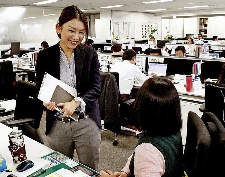 Tại Nhật, việc khen thưởng cá nhân gây ra phản tác dụng khi người được khen sẽ mất sự tin tưởng và tôn trọng từ đồng nghiệp. Ảnh: Todayonline.