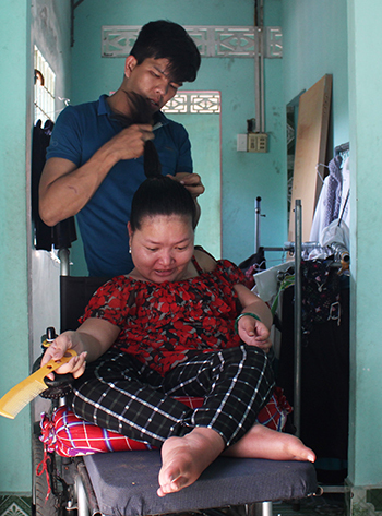 Ngay cả các việc cá nhân như tắm rửa, chải đầu, cột tóc... Diễm cũng phải nhờ đến sự giúp đỡ của chồng. Ảnh: Phan Diệp.