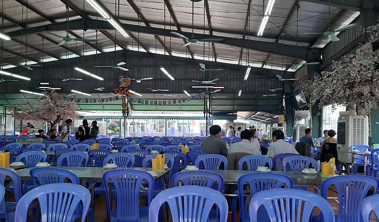 Quán bia trên đường Lê Trọng Tấn (Hà Nội) chủ yếu là nhân viên ngồi không. Ảnh: Phạm Nga.