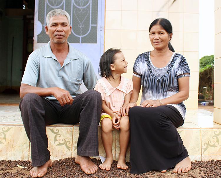 Vợ chồng ông Tuing và bé Qua trước hiên nhà một ngày đầu năm 2020. Ảnh: Phan Diệp.