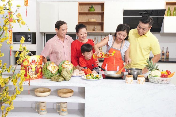 Thực hiện khai bếp để gửi ước vọng năm mới hanh thông. Nhiều gia đình chọn loại dầu Neptune có nhãn đỏ và vàng - hai màu tượng trưng cho tài lộc, may mắn.