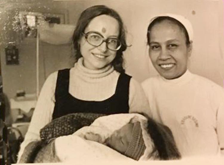 Bà Marie (trái) và bác sĩ Xiêm tại Viện Bảo vệ Bà mẹ và Trẻ sơ sinh, sau khi sinh Marco Thắng. Ảnh: NVCC.