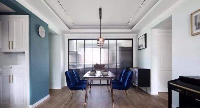 Mua bàn chữ nhật khi trần nhà decor hình chữ nhật.