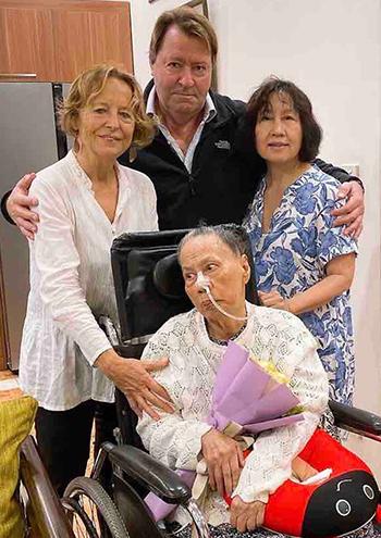 Vợ chồng bà Marie hội ngộ bác sĩ Xiêm và con gái là bác sĩ Phương Lan (áo hoa). Đã nghỉ hưu, song bà Marie và chồng vẫn quản lý một công ty sản xuất các khóa học ngôn ngữ trực tuyến. Ảnh: Lê Lan