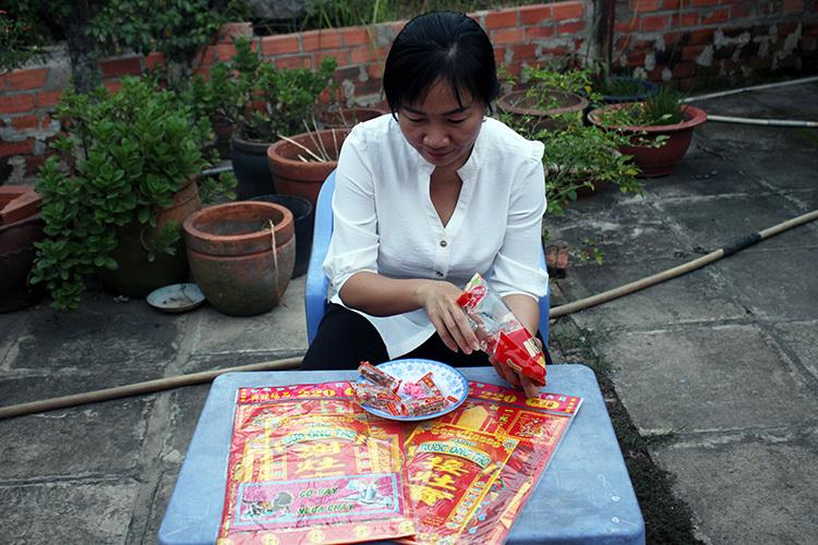 Chị Lê Thị Mai Anh mua sẵn một số vật phẩm cúng ông Táo theo kiểu truyền thống của người miền Nam gồm bộ vàng mã cò bay, ngựa chạy và kèo thèo lèo. Ảnh: Phan Diệp.