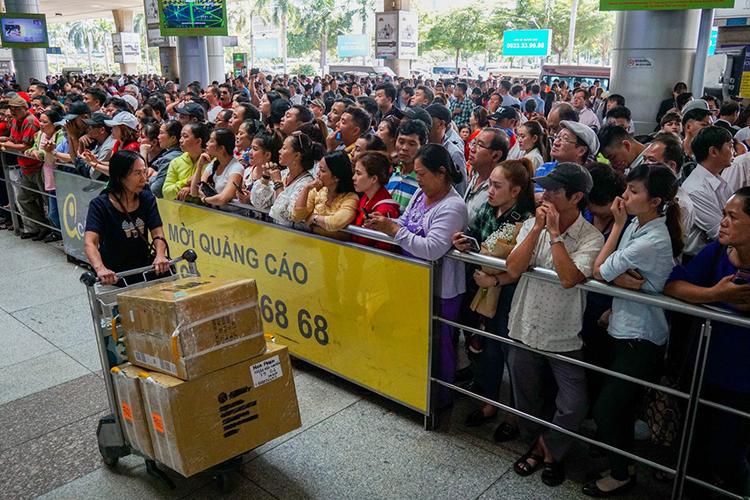 Mỗi dịp cuối năm, sân bay Tân Sơn Nhất (TP HCM) luôn đông nghịt người đi đón người thân về ăn Tết. Ảnh: Quỳnh Trần.