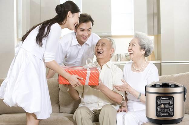 Tặng quà người thân dịp Tết là cách thể hiện tình cảm với người thân, bạn bè.