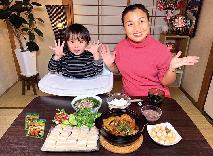 Quỳnh Trần JP chế biến món Việt để bé Sa có thể thưởng thức các món ngon của quê hương mẹ.