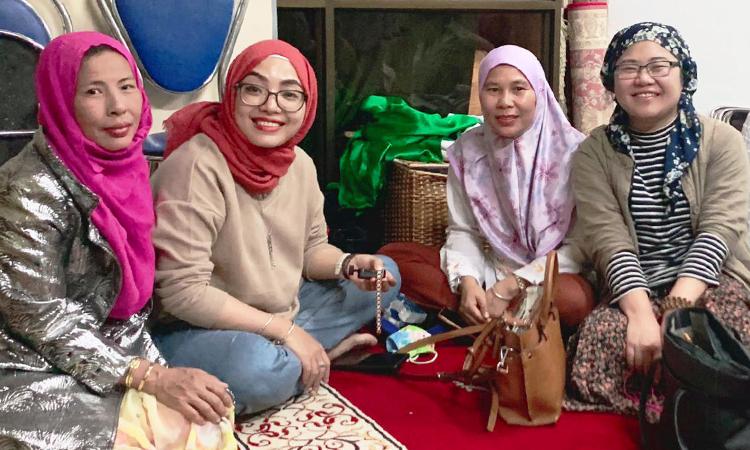 Chị Vui (thứ 3 từ trái qua) cùng các chị em đạo Hồi ở Hà Nội trong ngày Tết sau tháng nhịn ăn Ramada 2019. Ảnh: NVCC.