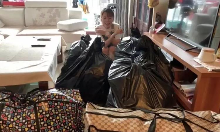 Những thứ Vũ Tề dọn lại để vứt đi, chúng chiếm nửa diện tích căn phòng khiến cô cảm thấy bất ngờ. Ảnh: aluobowang.