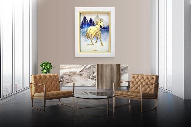 Tác phẩm được chạm khắc tỉ mỉ từng chuyển động tự nhiên của chú ngựa trên nền cảnh vật hùng vĩ, bàn tay người nghệ nhân vàng khéo léo tạo nên Ngựa thiên thanh trên nền khung cảnh vừa sống động, vừa mang màu sắc tinh tế.