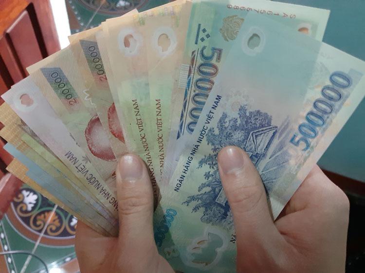 Tiền thưởng tết không như mong đợi khiến nhiều người thất vọng. Ảnh: Phạm Nga.