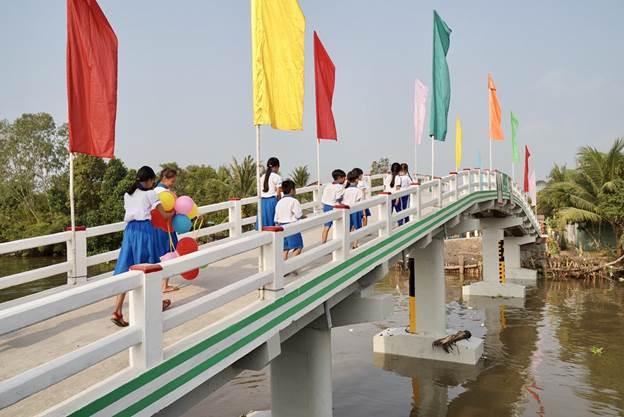 Có cầu mới, các em học sinh ở xã Phú Quới, huyện Long Hồ, Vĩnh Long rút ngắn được quãng đường đến lớp. Ảnh: Tấn Đạt.