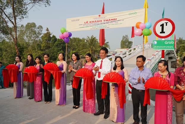 Phó Chủ tịch nước Đặng Thị Ngọc Thịnh khánh thành cây cầu mới, mang niềm vui đến trường an toàn cho học sinh Vĩnh Long. Ảnh: Tất Đạt.
