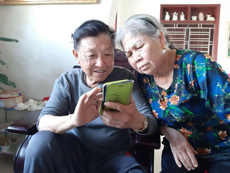 Vợ chồngThúc có bốn con gái, một con trai, trong đó, hai con gái thứ 3 và thứ 4 lấy chồng Đài Loan, gửi ngoại tệ về, giúp thay đổi cuộc sống gia đình. Ảnh: Phạm Nga.