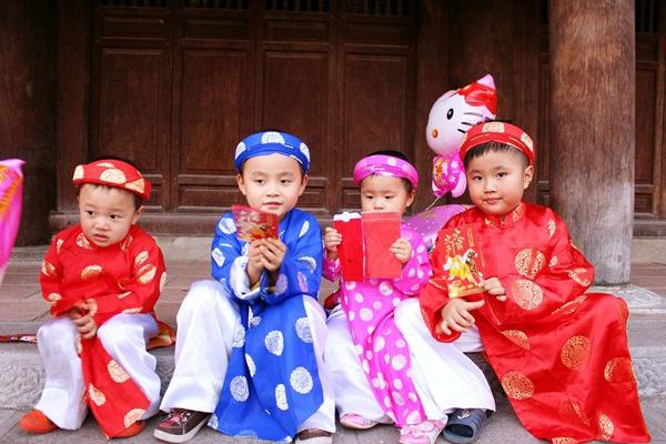 Tục lì xì là nét văn hóa của người Việt.