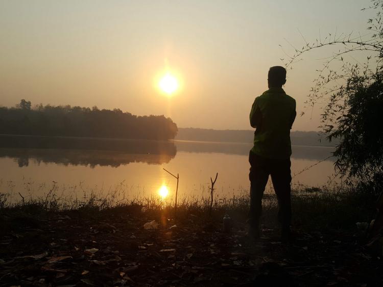Ngày thứ bacủa hành trình, anhthức dậy ở một hồ lớn tại Đắc Nông.Hà thường chọn cắm trại và ngủ lại ở cạnh hồ và dậy sớm ngắm bình minh. Ảnh nhân vật cung cấp.