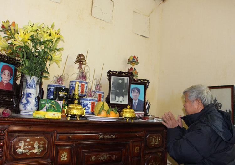 Từ đầu tháng Chạp, gia đình cụ Bồng đã trang hoàng lại nhà cửa, lau chùi bàn thờ, bát nhang. Ảnh: Phạm Nga.