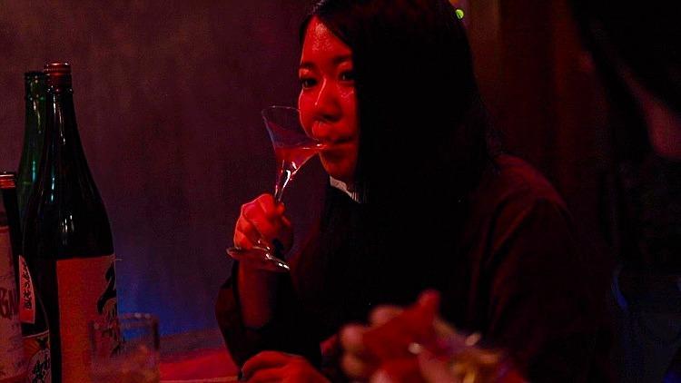 Erika Miura, 22 tuổi, đi xem phim và hát karaoke một mình.Ảnh:BBC.