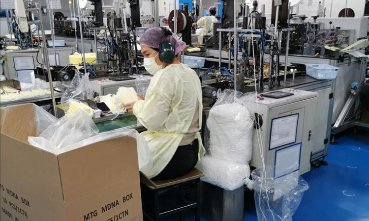 Những người sản xuất khẩu trang tại xưởng từ 7h tối hôm trước đến 7h sáng hôm sau đều là những tình nguyện viên. Ảnh: sohu.