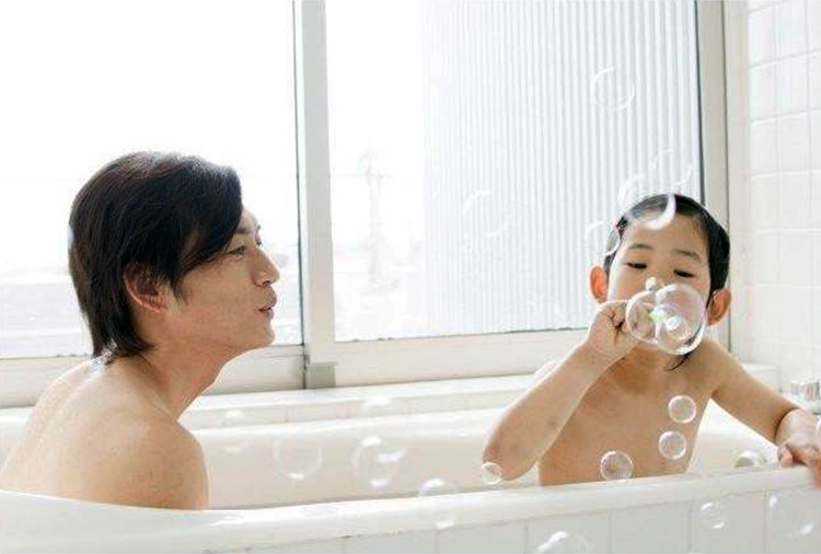 Văn hóa tắm chung với bố mẹ của người Nhật Bản có nguồn gốc từ xa xưa. Ảnh: Japan Today.
