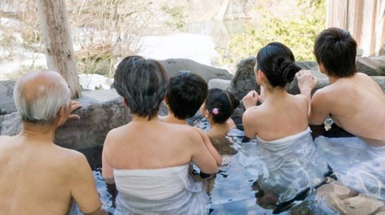 Người Nhật Bản hiện nay vẫn giữ quan điểm rằng tắm cùng nhau là cách để bày tỏ tình yêu thương. Ảnh: Japan Today.