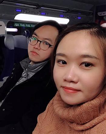 Vợ chồng chị Trần Thị Trang ở Lille trên chuyến bay về Việt Nam ăn Tết Canh Tý. Ảnh: Nhân vật cung cấp.