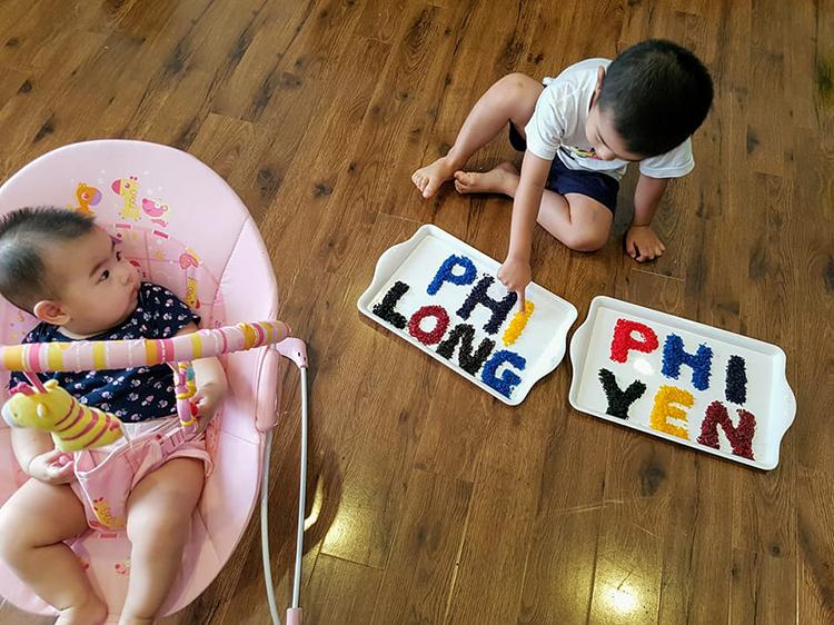Ngay từ khi còn nhỏ, hai bé nhà chị Đức Hạnh đã được mẹ cho chơi trò nhuộm gạo - một trò chơi rèn luyện đa giác quan mà cả hai bé đều rất thích. Ảnh: Nhân vật cung cấp.