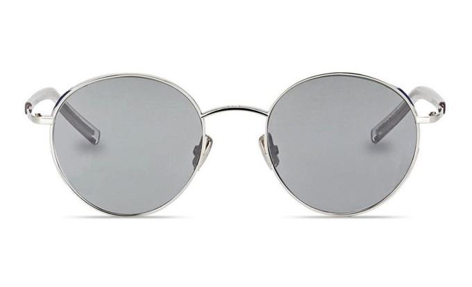 Kính mátDIOREDGY 0100Tcủa hãng Dior có kiểu dáng và màu sắc hiện đại. Tông bạc xám và tròng tròn thích hợp với cả nam lẫn nữ. Gọng được làm từ hợp kim cao cấp, trọng lượng nhẹ nhưng ôm sát khuôn mặt. Thiết kế thuộc top bán chạy trên Shop VnExpress,giảm 20%, còn17,76 triệu đồng(giá gốc 22,2 triệu).