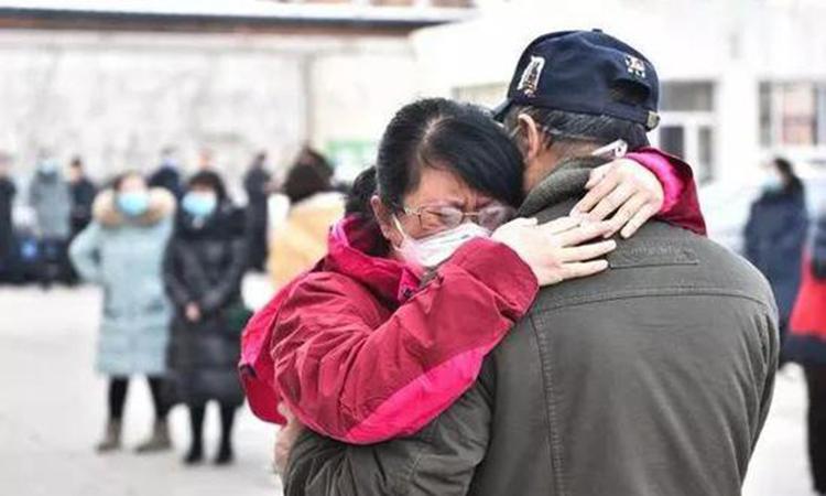 Bác sĩ Vương Đình ôm bố khóc nức nở ngày chia tay để đến Vũ Hán chữa trị cho bệnh nhân bị viêm phổi do virus nCoV. Ảnh: sina.