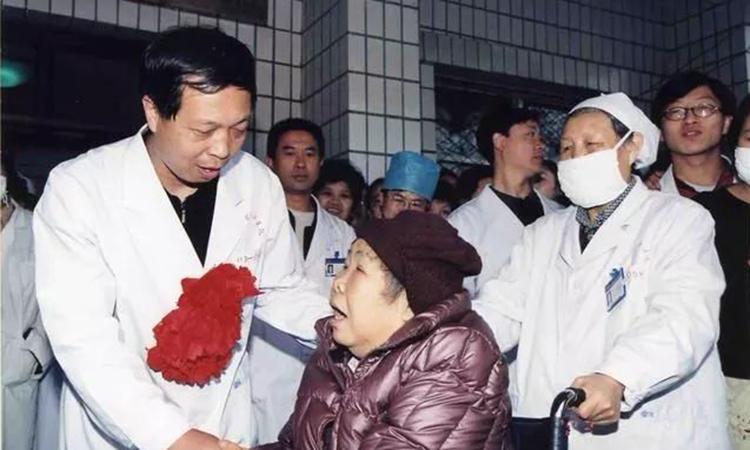 Bác sĩ Vương Vệ Quốc chia tay người mẹ bị liệt trước khi lên đường chiến đấu với dịch bệnh SARS 17 năm trước. Ảnh: sina.