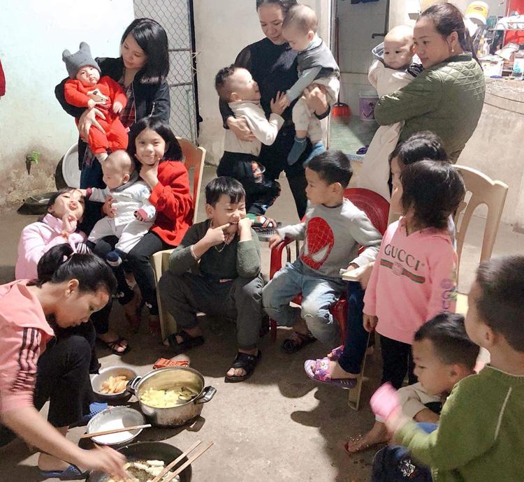 Buổi tối quây quần bên chảobánh khoai, bánh chuối của gia đình đông con, cháu. Ảnh: Lily Võ.