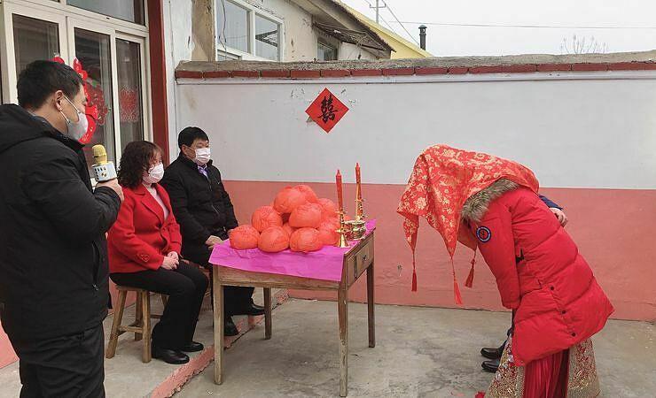 Đám cưới của Zhang Long và Chen Xiao không có khách mời. Ảnh: Tobacco.