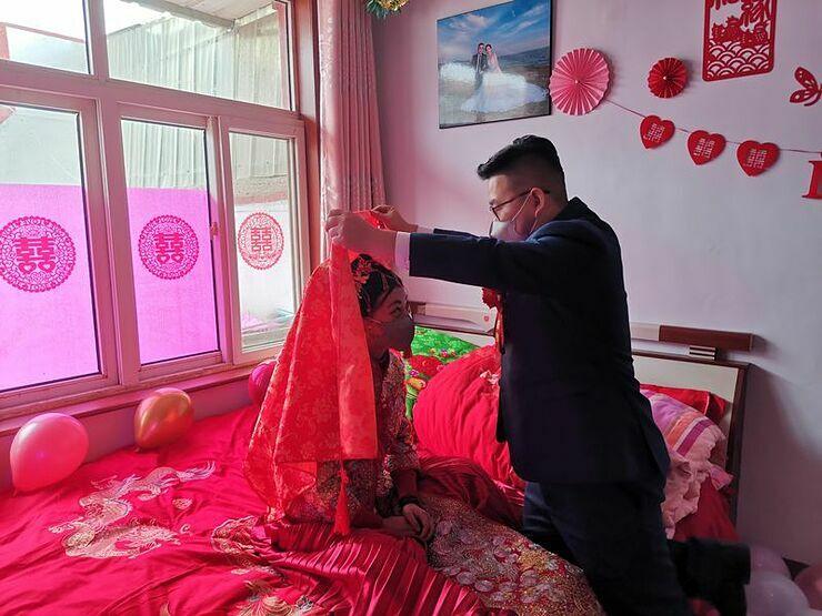 Zhang Long và Chen Xiao đeo khẩu trang trong đám cưới. Ảnh: Tobacco.