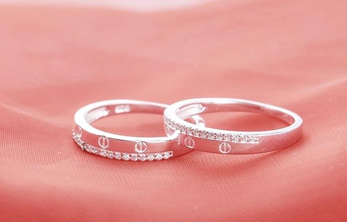 Combo nhẫn cặp bạc đính đá của Opal được thiết kế dựa trên những ý tưởng quen thuộc kiểu dáng đơn giản nhưng thích hợp cho uyên ương. Sản phẩm đang giảm 36% trên Shop VnExpress, còn 350.000 đồng (giá gốc 550.000 đồng).