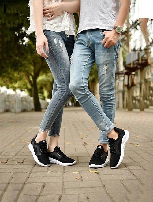 Giày sneaker đôiRozalo RZ8011BW có tông đen chủ đạo, thích hợp làm quà cho tình nhân. Thiết kế làm từ chất liệu vải bền chắc, mũi giày tròn, đế bằng cao su tổng hợp và xẻ rãnh chống trơn trượt. Sản phẩm đang giảm 24% trên Sgop VnExpress, còn 183.000 đồng một đôi (giá gốc 279.000 đồng).