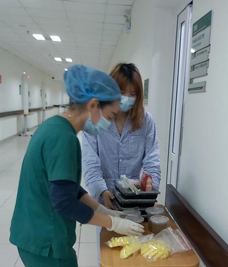Bệnh nhân nghi nhiễm corona nhận thêm sữa trong phần đồ ăn từ 11/2. Ảnh: Nguyệt Quyên.