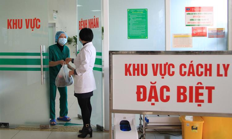 Chị Quyên trao bánh của một người dân tặng cho khoa Cấp cứu, trưa7/2. Ảnh: Phan Dương.